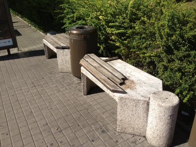 Rozbitá lavička v Kobylisích