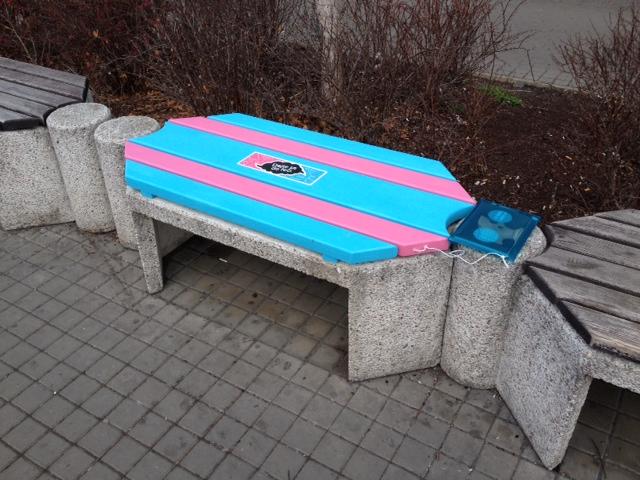 Opravená lavička v Kobylisích